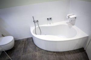 Beim Badezimmer fliesen geht es auch darum, Ideen für die Badewanne zu haben.