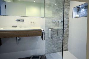 Badezimmer-Ideen: Kombinieren Sie im Bad unterschiedliche Fliesenformate.