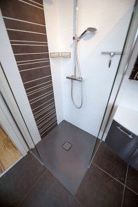 Musterbäder: Die Dusche mit nur einer einzigen Fliese - auch das geht.