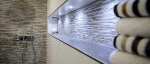 Mit Mosaikfliesen lassen sich gerade auch im Bad besondere Akzente setzen.
